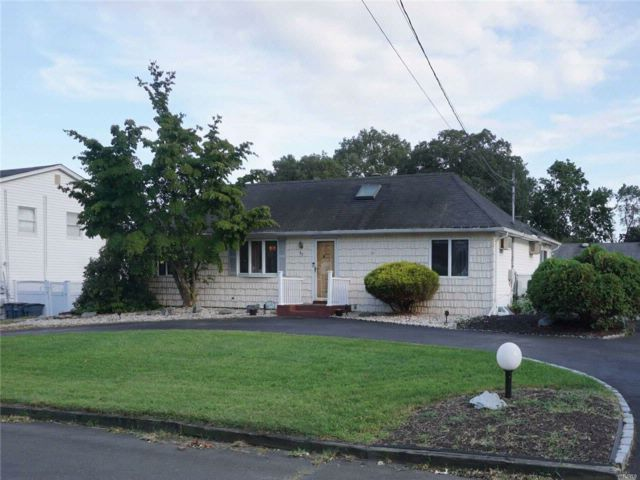 2 BR,  2.00 BTH  Ranch style home in North Babylon