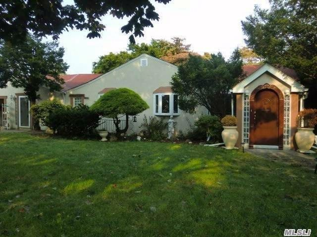 3 BR,  3.00 BTH  Ranch style home in Albertson