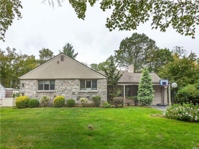 4 BR,  2.00 BTH  Ranch style home in Roslyn Heights