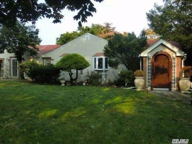 2 BR,  2.00 BTH  Ranch style home in Albertson