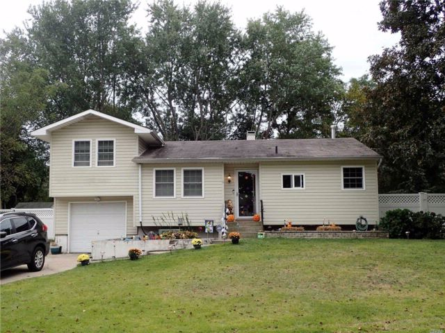 3 BR,  1.00 BTH  Split ranch style home in Coram