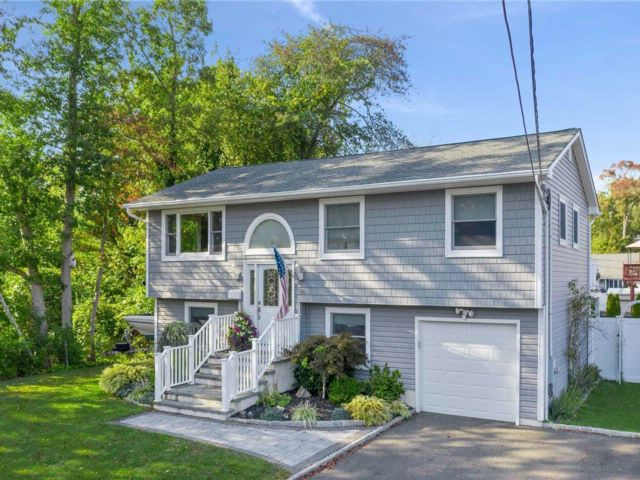4 BR,  2.00 BTH  Raised ranch style home in West Islip