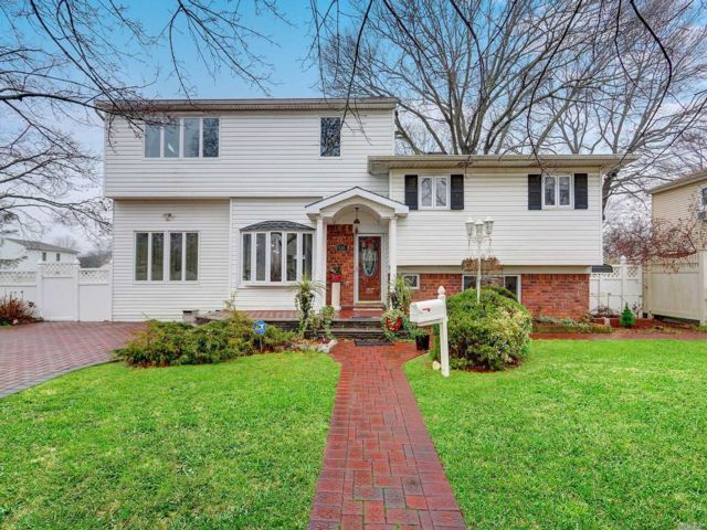 5 BR,  3.00 BTH  Split level style home in Deer Park