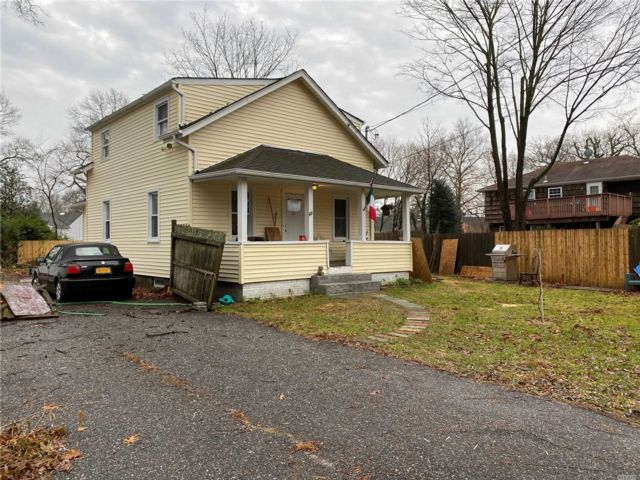 4 BR,  2.00 BTH  Colonial style home in North Babylon