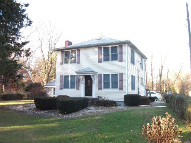 4 BR,  2.00 BTH  Farmhouse style home in Huntington