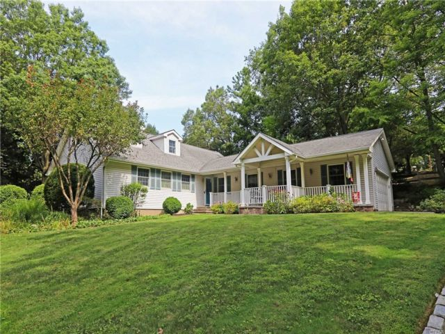4 BR,  3.00 BTH  Farm ranch style home in Centerport