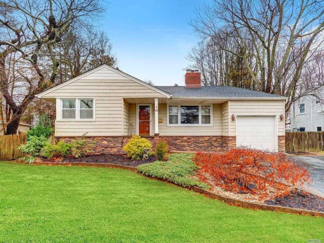 3 BR,  2.50 BTH  Split style home in West Islip