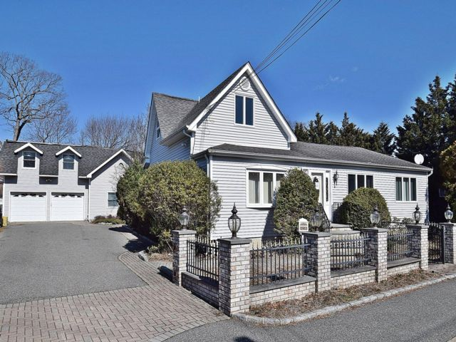 3 BR,  2.00 BTH  2 story style home in Syosset