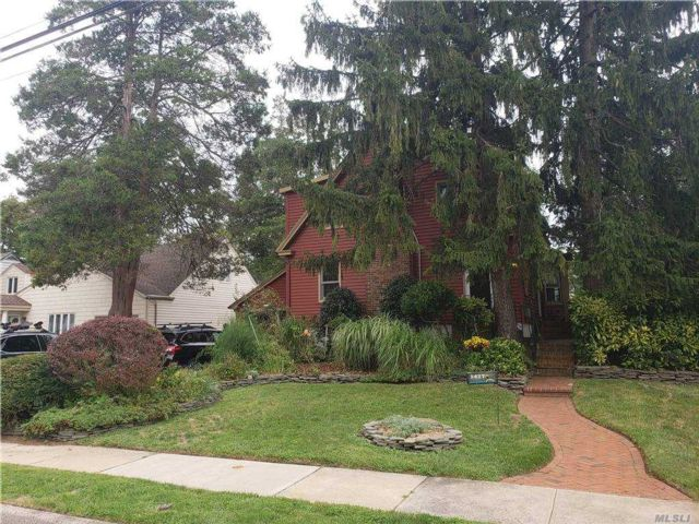 4 BR,  3.00 BTH  Colonial style home in Hewlett