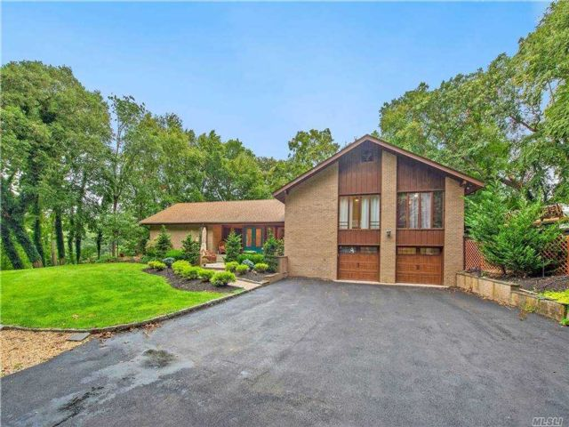 5 BR,  4.00 BTH  Contemporary style home in Smithtown