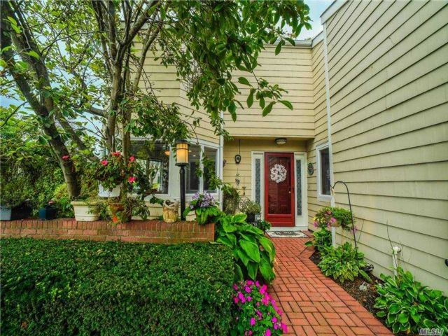 4 BR,  3.00 BTH  Townhouse style home in Bay Shore