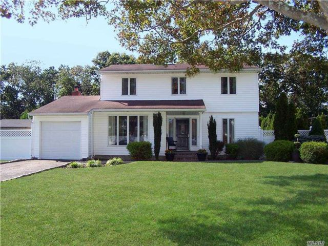 5 BR,  2.00 BTH  Colonial style home in Holbrook