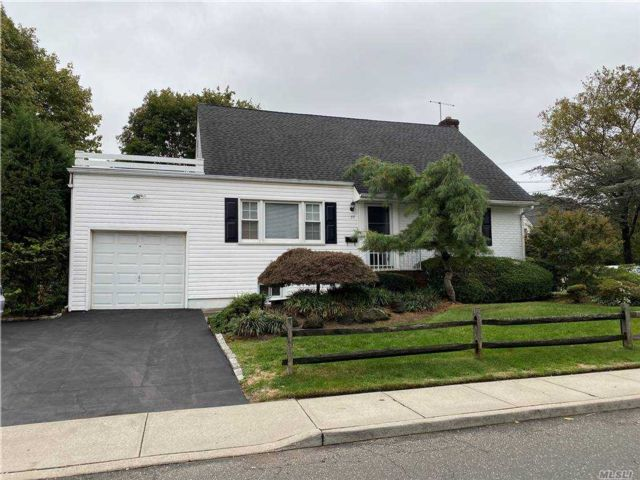 4 BR,  2.00 BTH  Cape style home in Woodmere