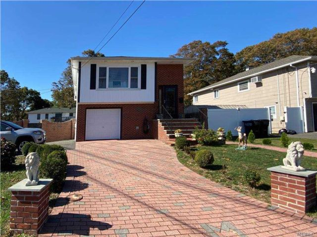 5 BR,  2.00 BTH  Hi ranch style home in Bay Shore