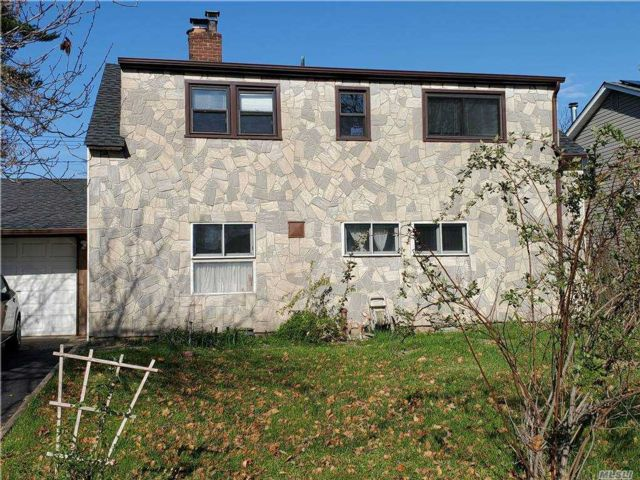 4 BR,  2.00 BTH  Exp ranch style home in Hicksville