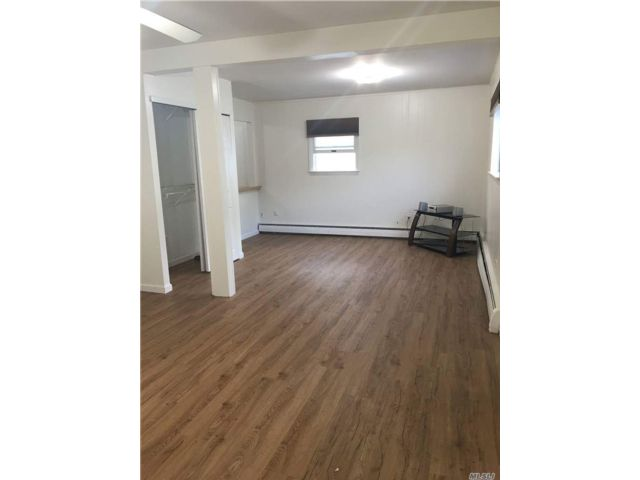 Studio,  1.00 BTH  Apt in house style home in Dix Hills