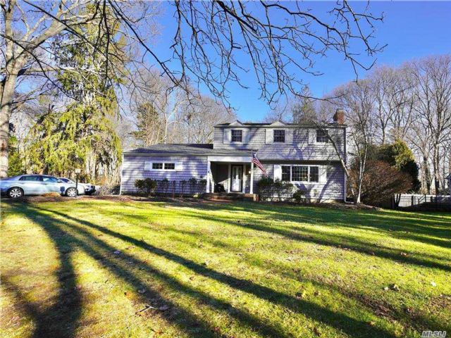 3 BR,  3.00 BTH  Colonial style home in Brookhaven