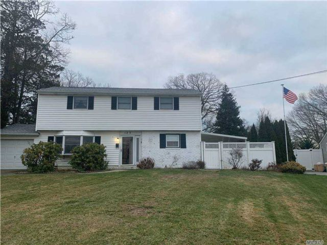 3 BR,  2.00 BTH  Split level style home in Oakdale