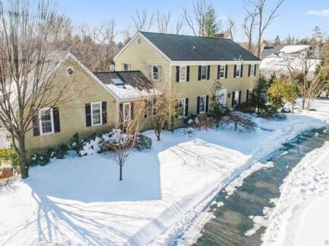 5 BR,  4.00 BTH  Colonial style home in Oyster Bay Cove