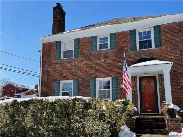 3 BR,  3.00 BTH  Colonial style home in Hewlett