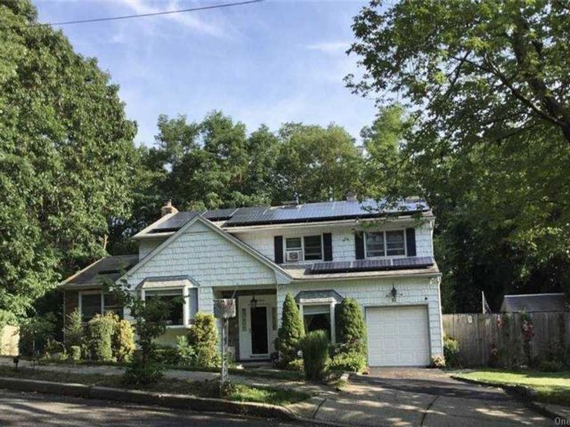 5 BR,  2.00 BTH  Splanch style home in Hauppauge
