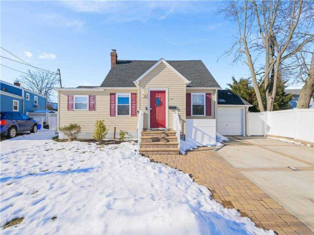 3 BR,  2.00 BTH  Exp cape style home in Lindenhurst