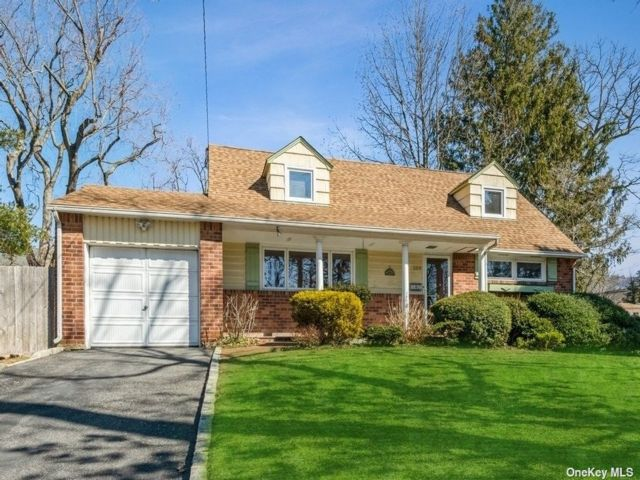4 BR,  2.00 BTH  Cape style home in Huntington
