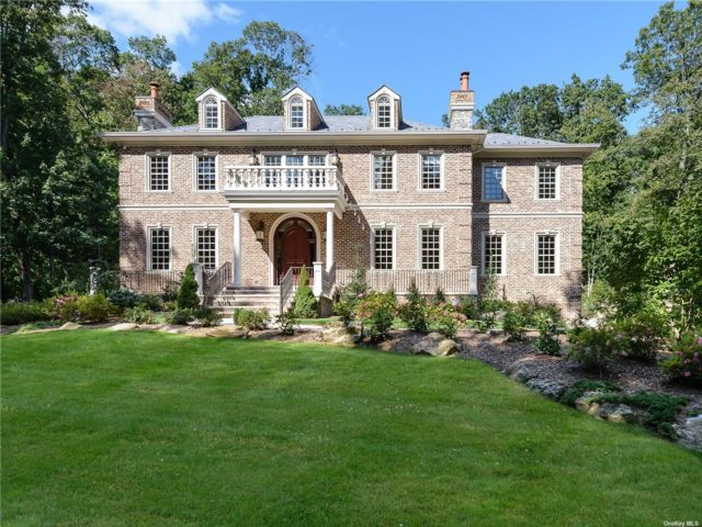 6 BR,  8.00 BTH  Colonial style home in Upper Brookville