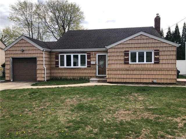 4 BR,  2.00 BTH  Splanch style home in Deer Park