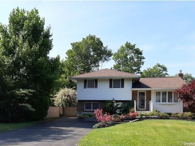 4 BR,  2.00 BTH  Split level style home in Commack