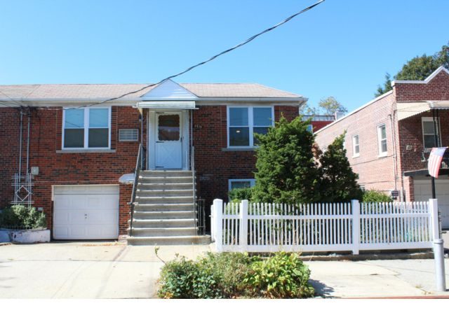 3 BR,  2.00 BTH  Ranch style home in Bronx