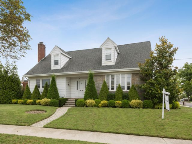 4 BR,  4.50 BTH  Colonial style home in Neponsit