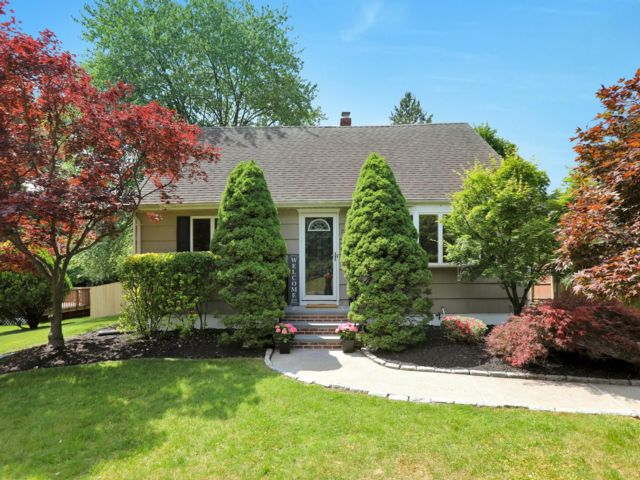 3 BR,  2.00 BTH  Colonial style home in Hillsdale